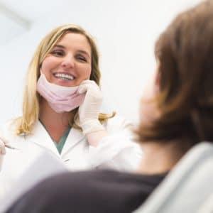 стоматолог улыбается